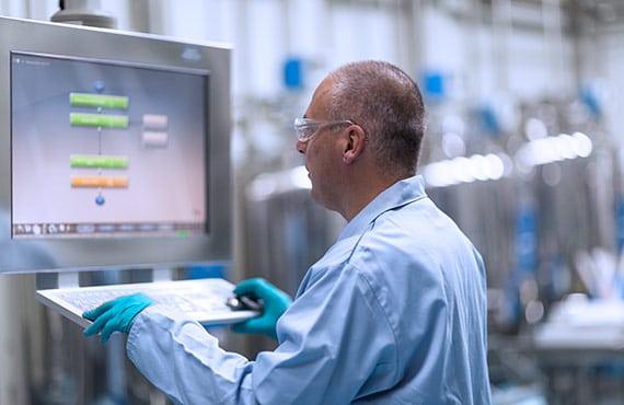 TRB-Chemedica Fabrik in Vouvry (Wallis), Schweiz. Sliderbild 2: Computer
