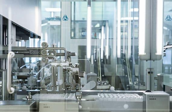 TRB-Chemedica Fabrik in Vouvry (Wallis), Schweiz. Sliderbild 3: Maschine